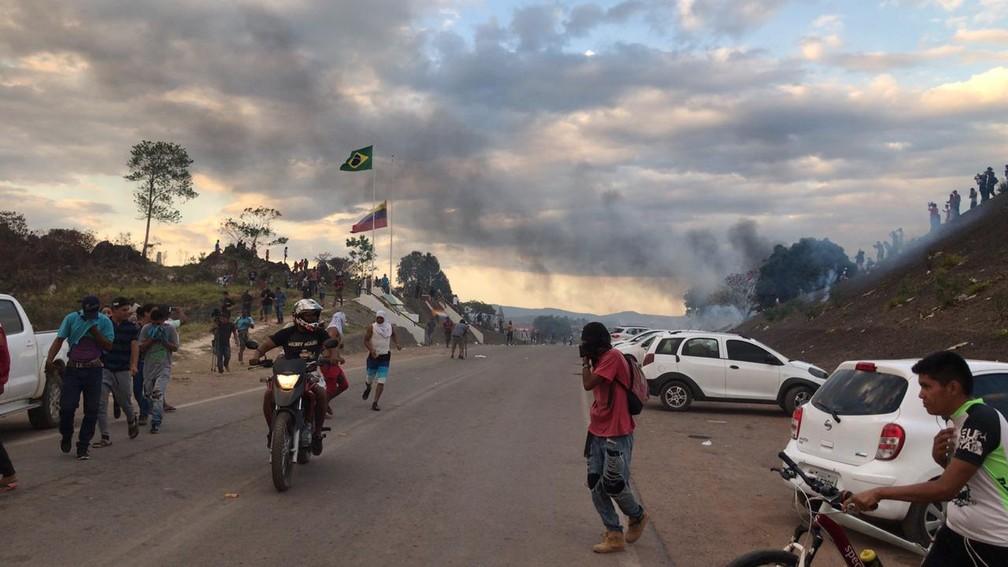 Maioria das pessoa recua para o lado brasileiro da fronteira após guardas venezuelanos reagirem com bombas de gás lacrimogêneo — Foto: Alan Chaves/G1 RR