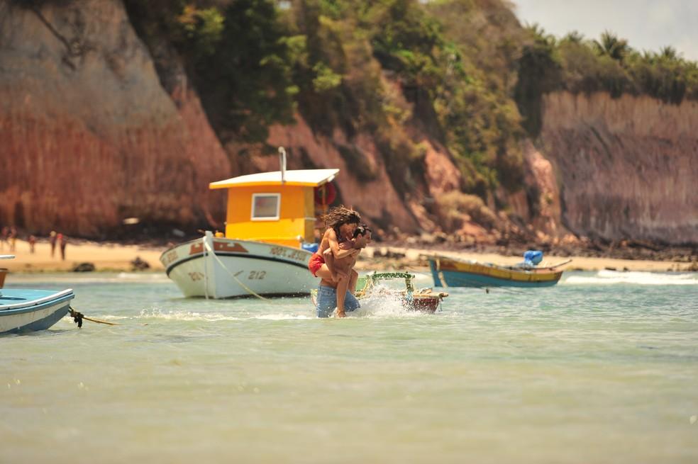 Na primeira semana de 'Flor do Caribe', Ester (Grazi Massafera) e Cassiano (Henri Castelli) têm um reencontro apaixonado — Foto: João Miguel Júnior/Globo