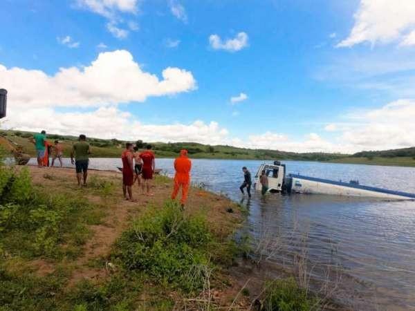 Caminhão-pipa é resgatado após ficar submerso por dois dias em açude no Ceará