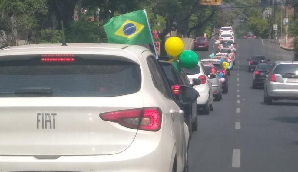 Pais fazem carreata pedindo à volta as aulas e Belo Horizonte.  — Foto: Divulgação.