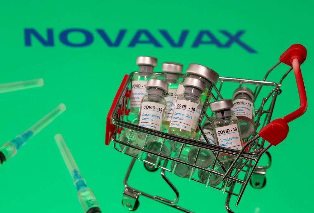 """Foto mostra frascos com a etiqueta """"Covid-19 - Vacina contra o Coronavírus"""" em frente a um logotipo da Novavax. — Foto: Dado Ruvic/Ilustration/Reuters"""