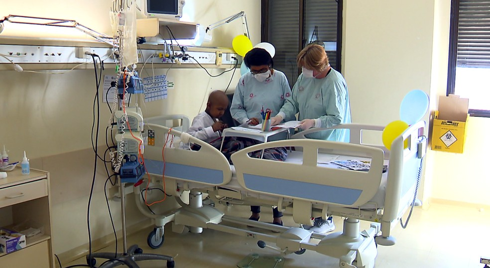 Josinete está estudando para poder medicar o filho corretamente — Foto: Reprodução/RPC