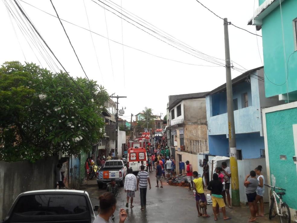 Prédio que desabou ficava dentro de um beco, que ficou tomando por ambulâncias e moradores (Foto: Alan Oliveira/G1)