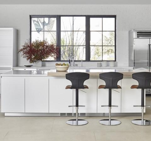 Casa de 604 m² ganha décor rústico e esquadrias para iluminação natural