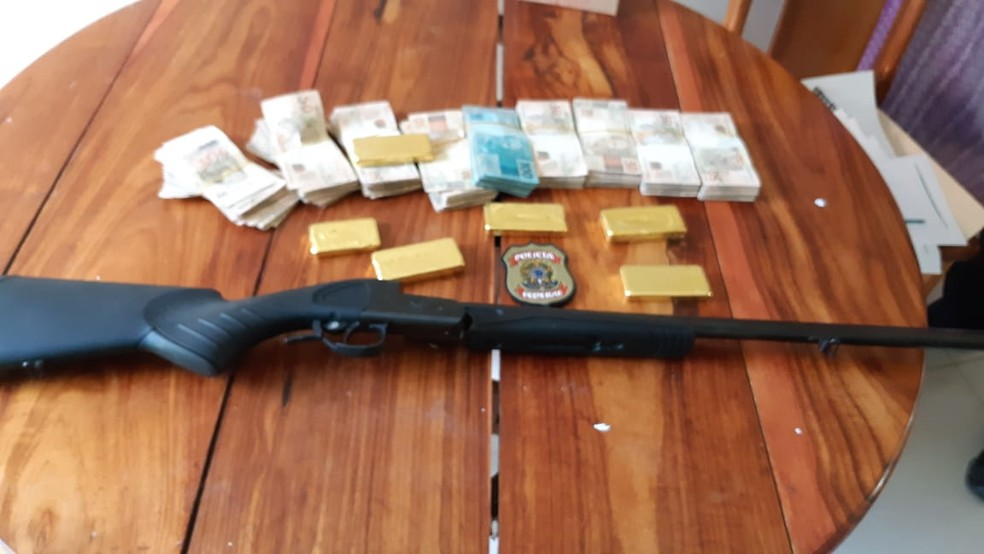 Numa das buscas, PF encontrou ouro, dinheiro e uma arma de fogo — Foto: PF/Divulgação