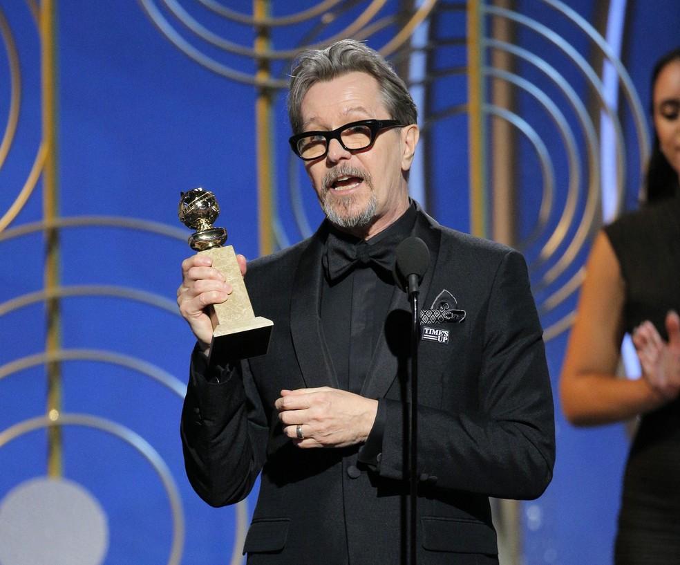 Gary Oldman recebe seu prêmio como melhor ator em drama por 'O destino de uma nação' no Globo de Ouro 2018 (Foto: Paul Drinkwater/NBC via AP)