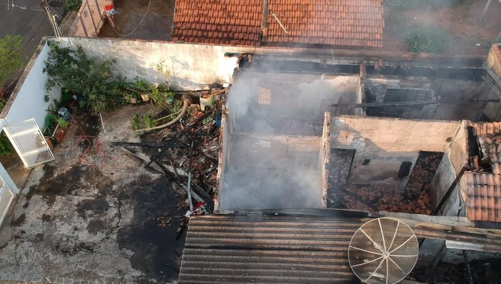 Incêndio destruiu um casa nesta terça-feira (28), em Marília — Foto: Alcyr Netto/TV TEM