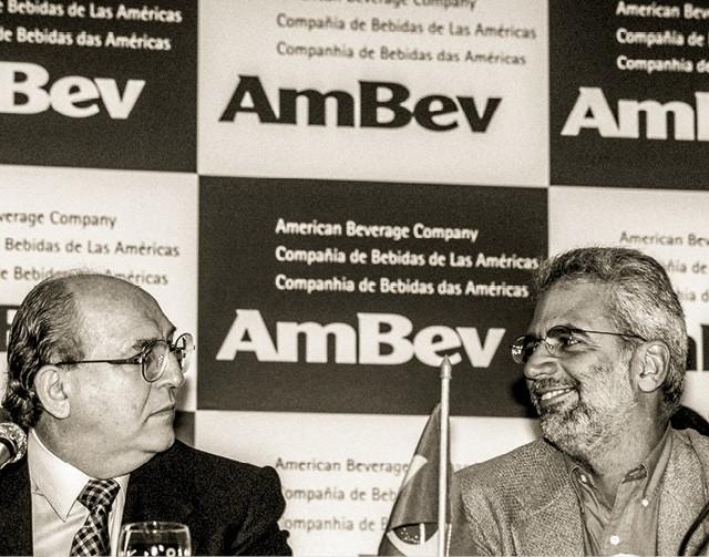 1999 1999Naquele ano, Victorio de Marchi (à esq.), então na Antarctica, e Marcel Telles, na Brahma, anunciaram a fusão das duas cervejarias (Foto: Sergio Tomisaki / Agência O Globo)