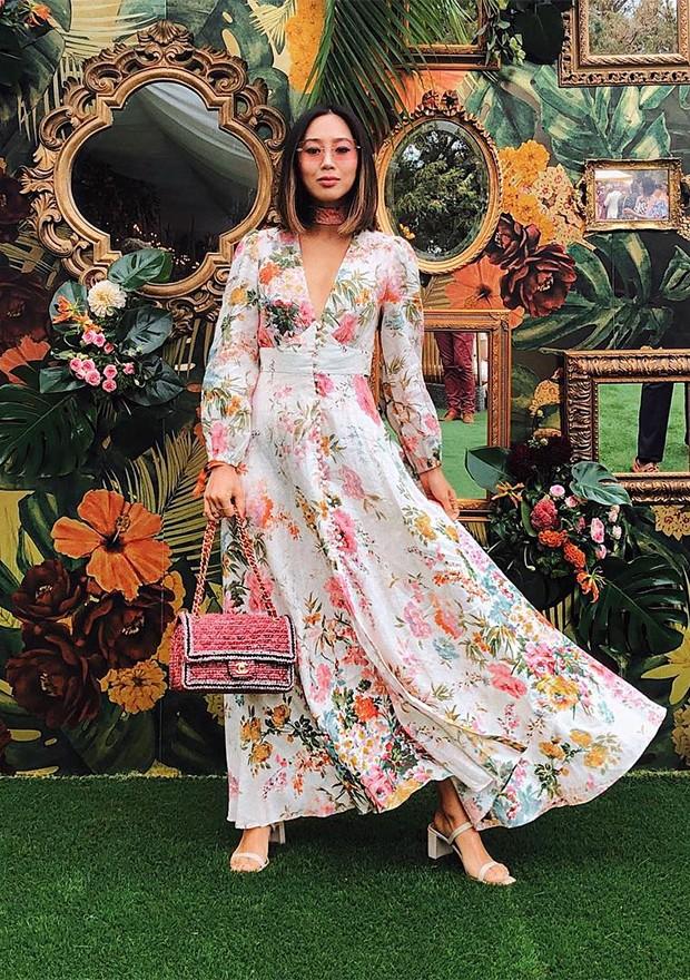 A blogueira Aimee Song investiu em vestido com botões floridos e bem leve (Foto: Instagram / Aimee Song)