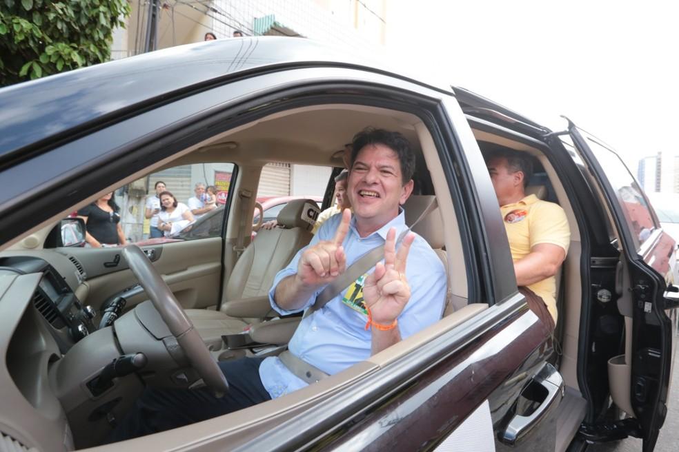 Cid Gomes chega para votar na cidade onde nasceu Sobral, no Norte do Ceará, neste domingo  — Foto: Agência Diário