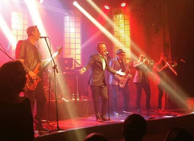 Nelson Freitas se apresenta com The Big Time Orchestra (Foto: Reprodução / Instagram)