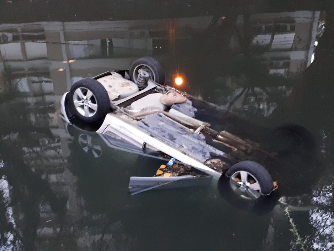 Carro cai com quatro pessoas em canal no Leblon, na Zona Sul do Rio