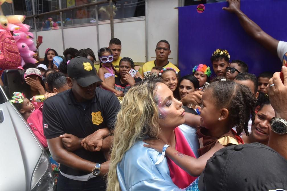 Carla Perez é tietada por fãs — Foto: Max Haack /Ag Haack