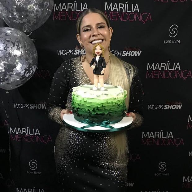 Marília Mendonça ganhou bolo de aniversário (Foto: Revista QUEM/Rafael Godinho)