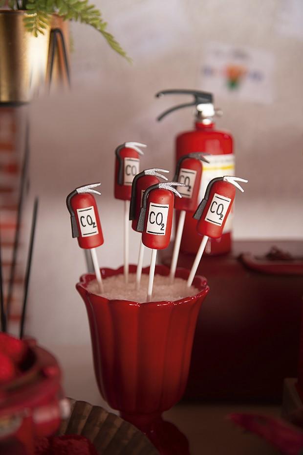 Doces — A perfeição dos cakepops cobertos de chocolate e em formato de extintor surpreenderam os convidados. (Foto: aline ferreira/gnt, elisa mendes/gnt)