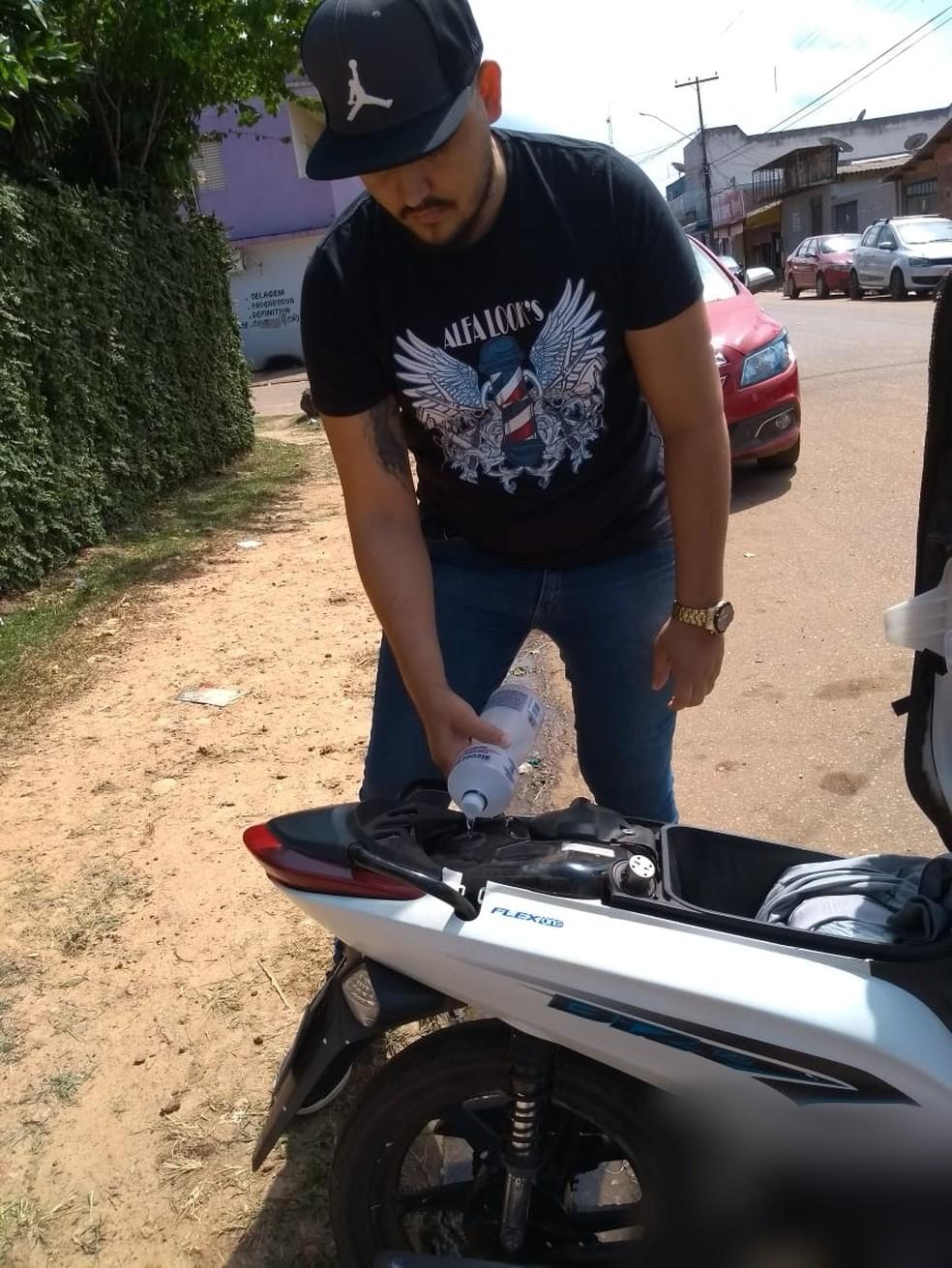 Saymon Oliveira mora na Zona Leste de Porto Velho e improvisou durante a falta de combustível na capital (Foto: Arquivo pessoal )
