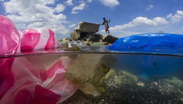 A quantidade de plástico nos oceanos está causando sérios problemas (Foto: Divulgação/National Geographic)