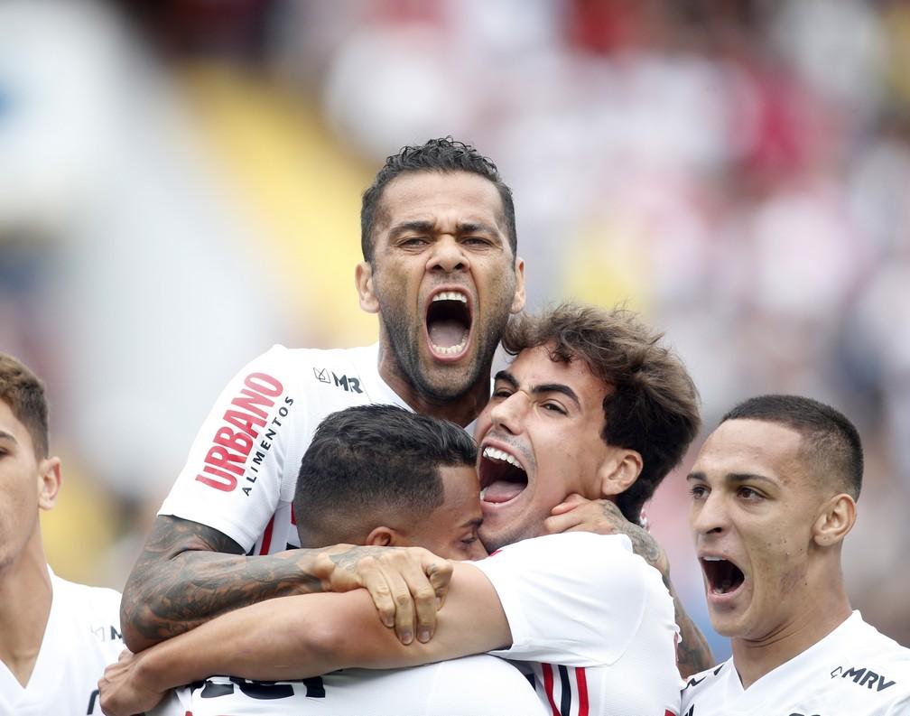 Jogadores do São Paulo comemoram gol de Daniel Alves — Foto: Fernando Roberto Teixeira