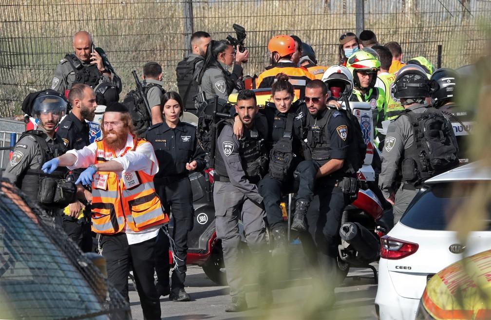 Policial israelense é socorrida por colegas após ser atropelada em Jerusalém Oriental — Foto: Yossi Zamir/AFP