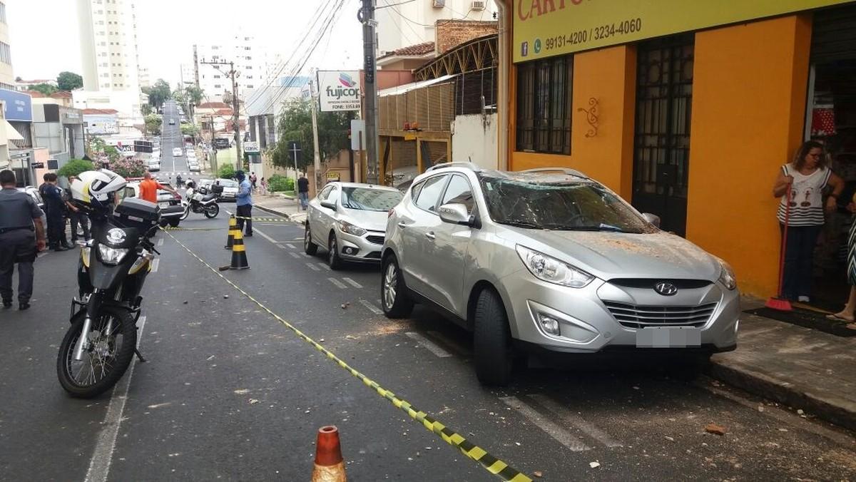 Concreto da sacada de prédio desaba, atinge carro e pedestre em Rio Preto