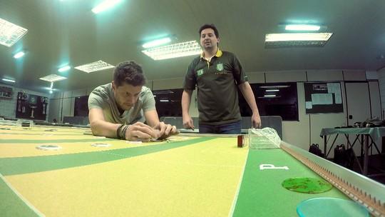 Bicampeão brasileiro de futebol de mesa dá dicas para fazer gol