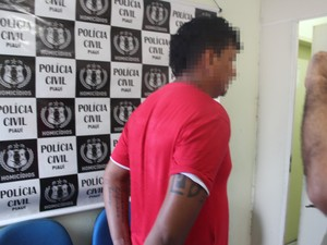 Um dos suspeitos presos pela polícia (Foto: Ellyo Teixeira/G1)