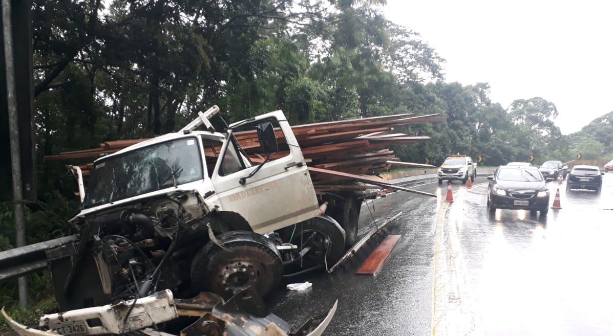Caminhão perde controle dos freios e bate em outro veículo na rodovia Mogi-Bertioga, SP