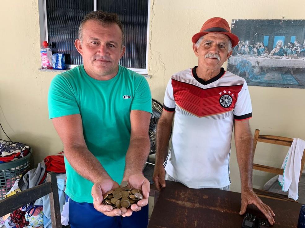 Para ajudar amigo, reciclador doa moedas que juntou. — Foto: Almir Gadelha/ SVM