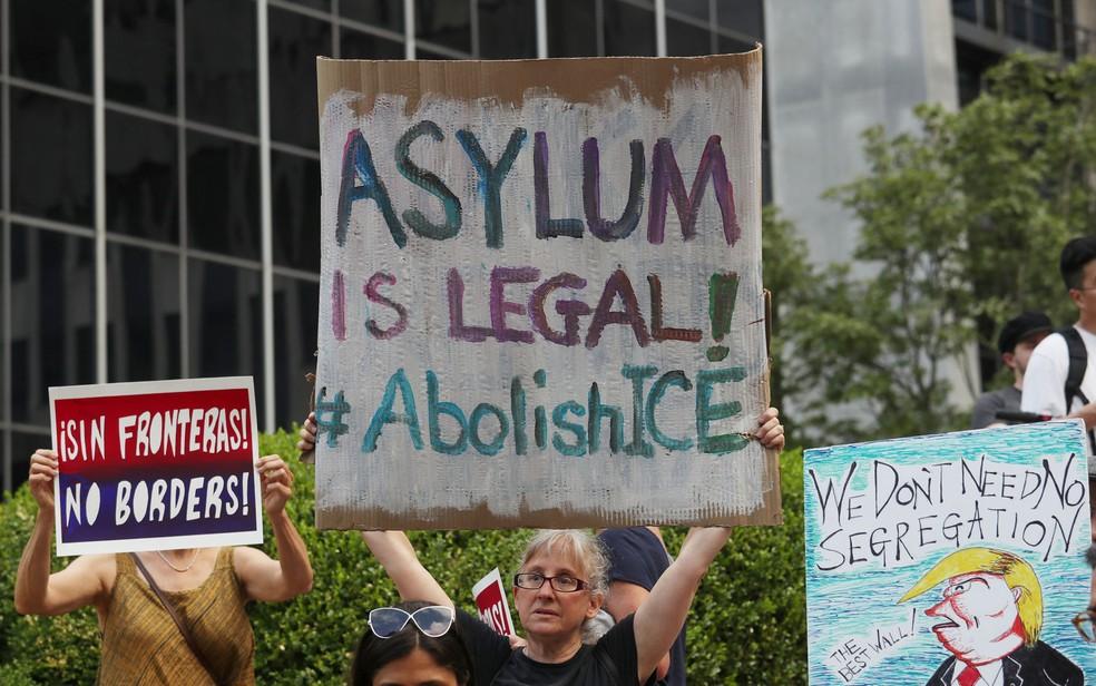 -  Manifestantes participam de protesto contra deportações em Manhattan, Nova York, em 26 de julho  Foto: Reuters/Shannon Stapleton