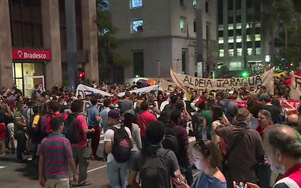 Índios protestam na Avenida Paulista, em SP (Foto: Reprodução/TV Globo)