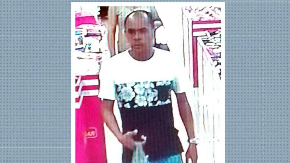 Homem suspeito de furtar produtos de farmácia é flagrado por imagens do circuito de segurança — Foto: Reprdução/TV Cabo Branco