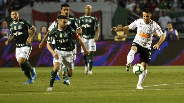 Bruno Henrique e Ramiro disputam lance em Palmeiras x Corinthians