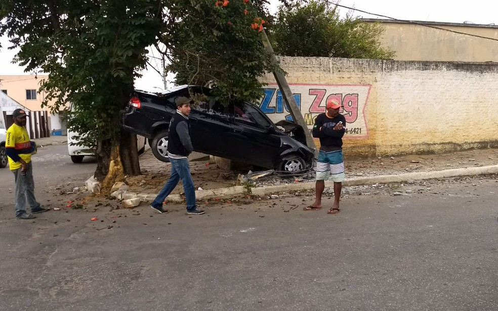 Carro acabou preso entre árvore e poste, em Vitória da Conquista (Foto: Blog do Leo Santos)
