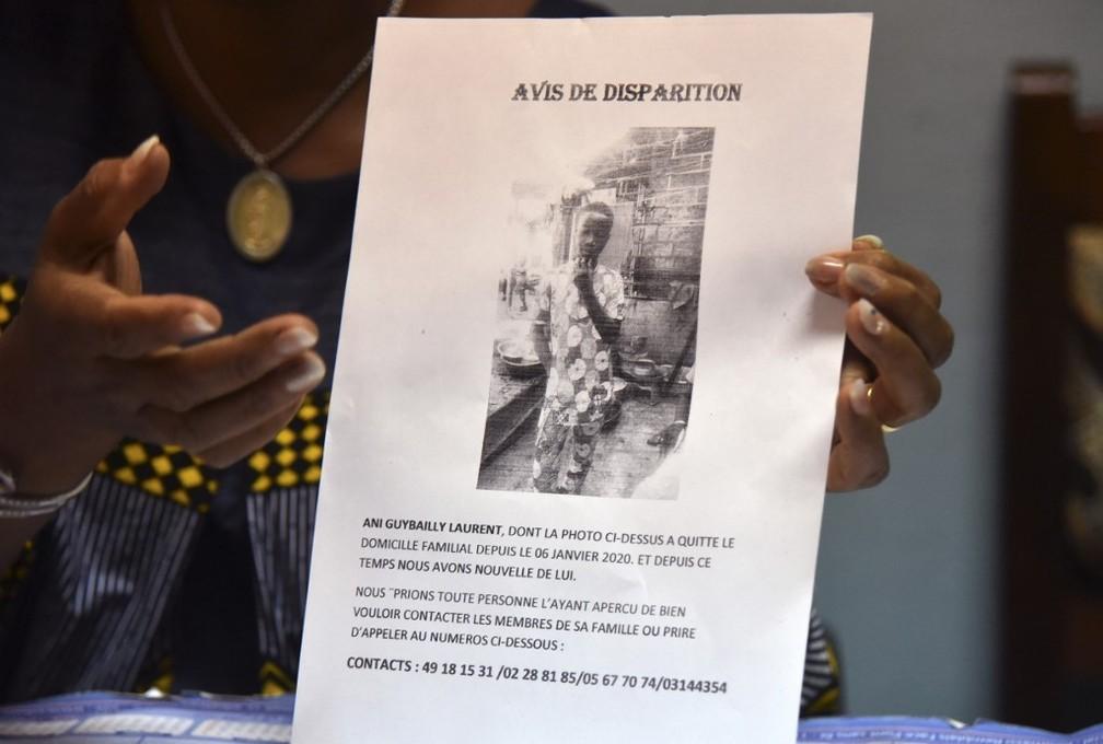 Cartaz na Costa do Marfim avisa sobre desaparecimento de Ani Guibahi Laurent Barthelemy, garoto de 14 anos morto ao se esconder no trem de pouso de um avião com destino à França — Foto: Sia Kambou/AFP