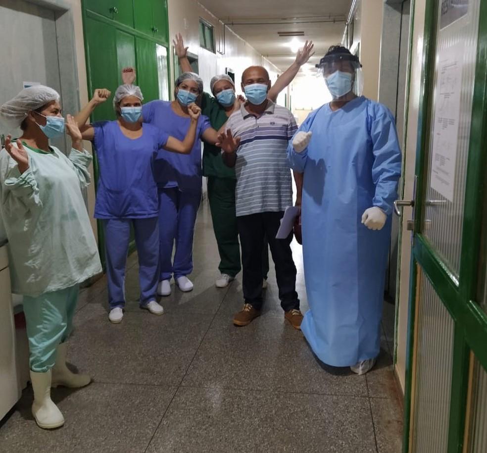 Paulo recebe alta do hospital em Brasília de Minas — Foto: Laura Martins Ferreira/Arquivo pessoal