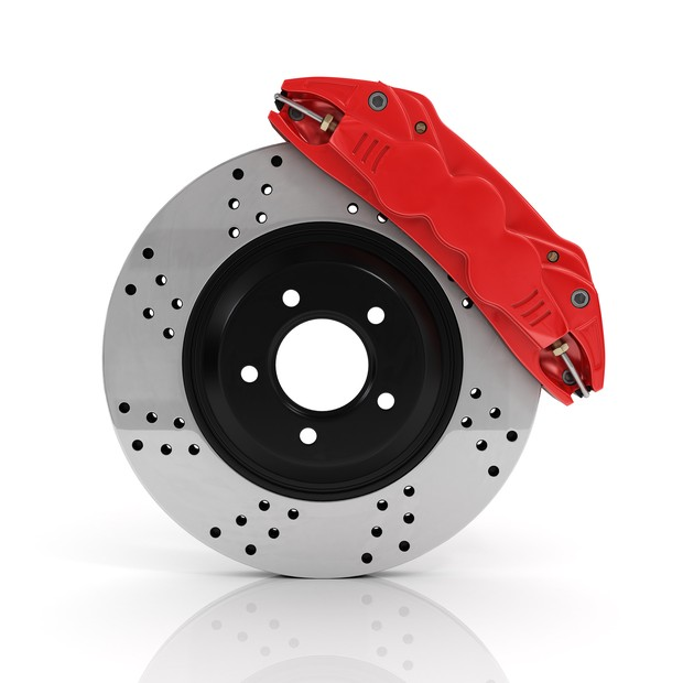 Automobile braking system. Aeration steel brake disk with perforation and red six pistons calipers and pads. Tuning auto parts. Isolated on white background. (Foto: Getty Images/iStockphoto)