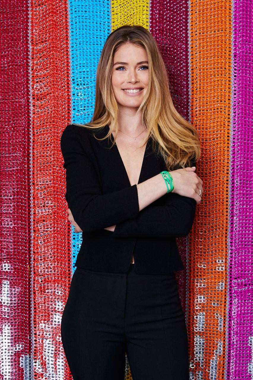 Doutzen Kroes com seu bracelete da Bottletop (Foto: Jerome Duran/Vogue UK)