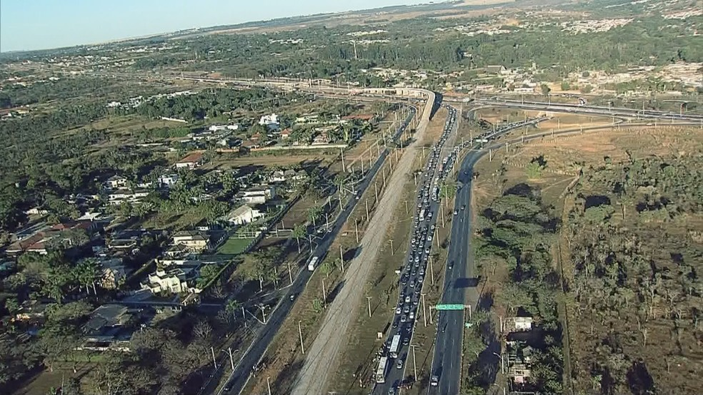 Epia Sul congestionada após acidente em dia de volta às aulas (Foto: Reprodução/TV Globo)