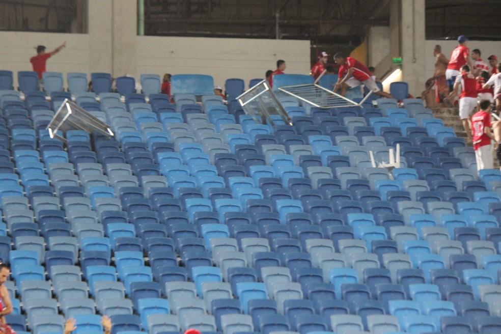 Grades de sinalização foram arremessadas e podiam causar tragédia (Foto: Diego Simonetti/Blog do Major)