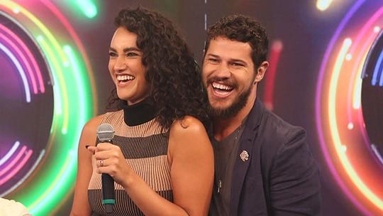 Faustão brinca com Débora Nascimento: 'Está com cara de quase grávida'