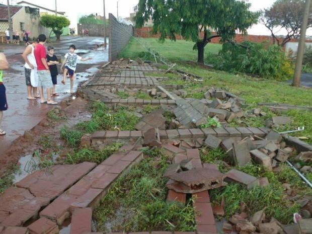 Muro de condomínio caiu em Jaú (Foto: Arquivo Pessoal)