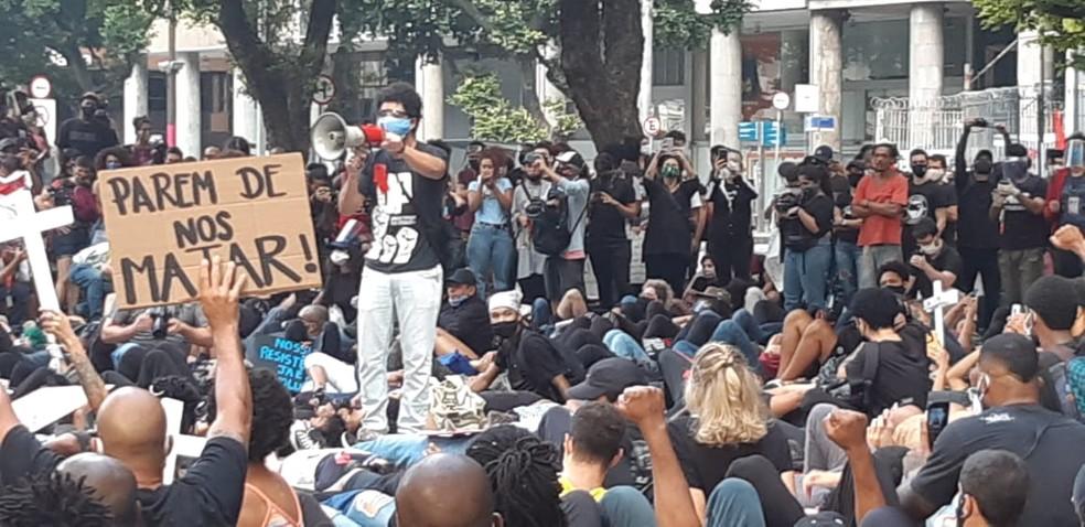 Manifestantes protestam em ato contra o racismo no Centro do Rio — Foto: Reprodução