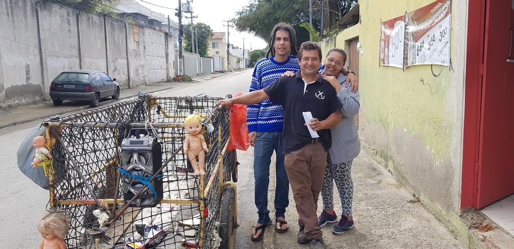 Eraldo deixou de catar materiais durante a noite e passou a ter mais tempo com a família em São Pedro da Aldeia, no RJ — Foto: Rodrigo Marinho/G1
