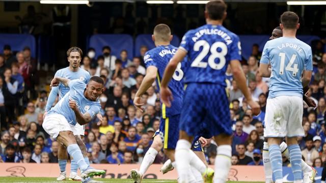 Gabriel Jesus chuta para marcar seu primeiro gol sobre o Chelsea na carreira com a camisa do City