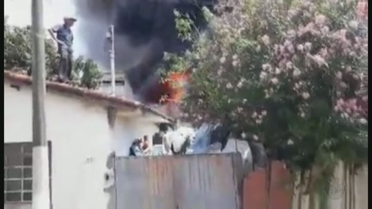 Incêndio em casas deixa moradores sem energia em Cambuí, MG