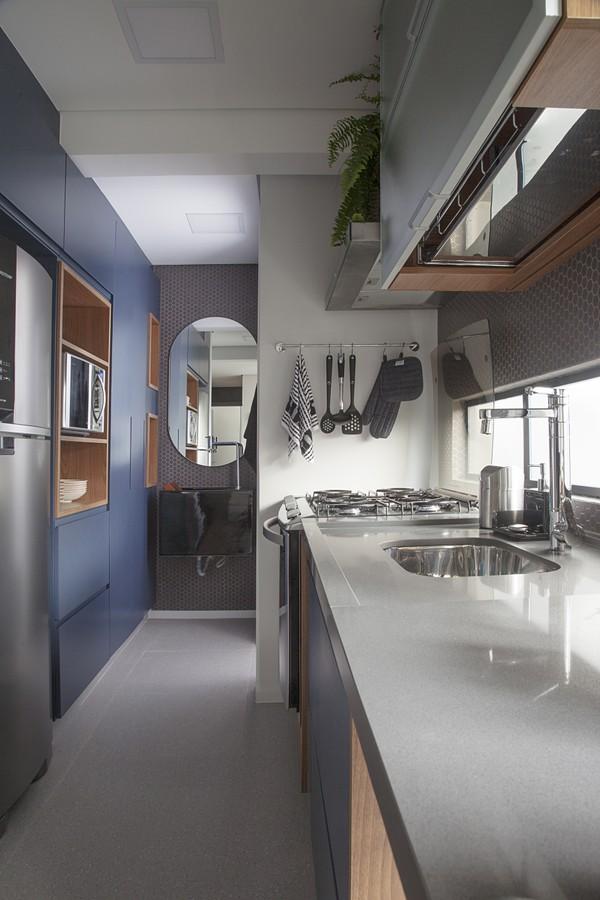 pastilhas hexagonais e marcenaria azul dão cor à cozinha