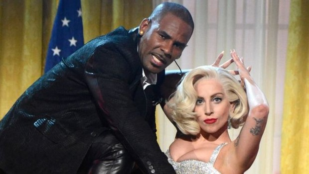 R. Kelly e Lady Gaga se apresentaram juntos em 2013 no American Music Awards (Foto: Getty Images via BBC)