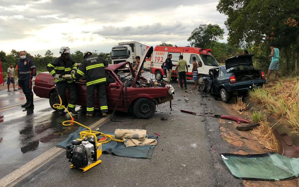 Acidente entre dois carros deixa oito pessoas feridas na BR-242, oeste da BA — Foto: Site Gazeta 5