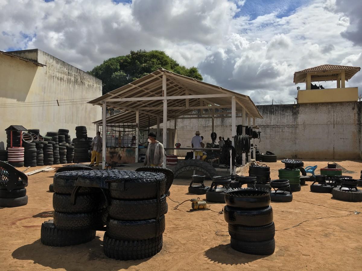 Projeto transforma presos em artesãos de móveis reciclados na Cadeia de Boa Vista