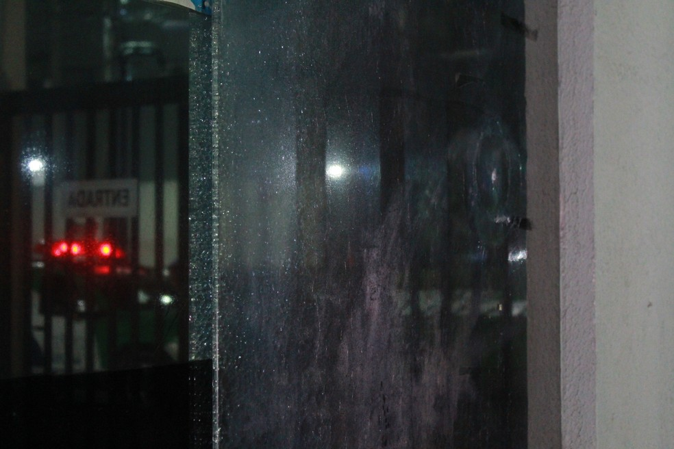 Disparos também atingiram portaria do condomínio — Foto: Rickardo Marques/G1 AM